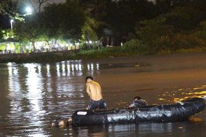 Cảnh sát trắng đêm dầm mưa tìm người đàn ông bị đuối nước trên sông Sài Gòn