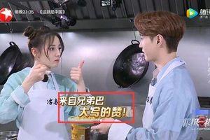 Địch Lệ Nhiệt Ba và Trương Nghệ Hưng dùng chung muỗng để ăn cơm trong 'Thử thách cực hạn'