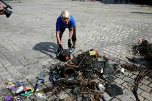 Hàng ngàn tình nguyện viên dọn sạch nhựa ở bờ biển phía Bắc Tây Ban Nha