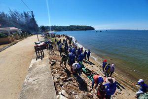 Quảng Ngãi: Về xã Bình Châu hòa cùng hàng trăm bạn trẻ làm sạch biển