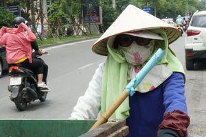 Hà Nội lại nắng nóng gay gắt hơn 40 độ C kéo dài liên tục, người dân mệt mỏi chán nản khi ra đường