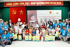 Tặng quà cho bệnh nhi tại bệnh viện hữu nghị Việt Nam - Cu Ba
