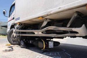 Xe máy 'kẹp 4' tông thẳng hông ô tô tải, 4 người bị thương nặng