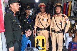 Bị cảnh sát vây bắt, kẻ mang ma túy vứt xe bỏ chạy trên phố Hà Nội
