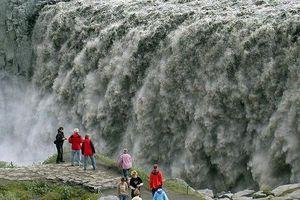 Thác nước mạnh nhất châu Âu làm rung chuyển đá ở Iceland