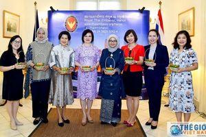 Nhóm Phụ nữ Cộng đồng ASEAN tham gia làm món ăn Cung đình Thái Lan