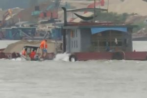 Hà Nội: 'Cát tặc' đục khoét sông Hồng mùa mưa lũ