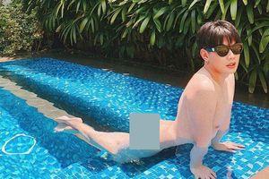 Nam ca sĩ Đào Bá Lộc gây sốc khi đăng ảnh khỏa thân nằm dài trong bể bơi