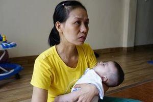 Người mẹ chấp nhận mù lòa để cứu con