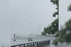 Khoảnh khắc trực thăng chao đảo rồi đâm vào nóc cao ốc ở Mỹ