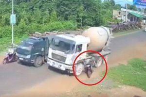 Clip: Xe bồn vượt ẩu, đâm văng người phụ nữ xuống đường