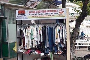Bức xúc nhóm phụ nữ đi xin quần áo từ thiện rồi vứt bỏ đầy đường