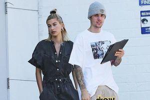 Hailey Baldwin lộ vẻ mặt bơ phờ khi ra phố ăn trưa cùng Justin Bieber