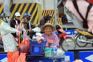 Chùm ảnh: Người lao động phơi mình mưu sinh bất chấp thời tiết nắng nóng gay gắt đến 40 độ C