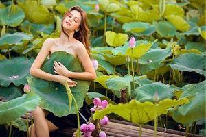 Ngỡ ngàng với vẻ đẹp của cô gái Ukraina bên sen Hồ Tây