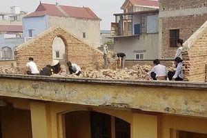 8 học sinh bị phạt lên mái nhà đẽo gạch dưới trời nắng gắt