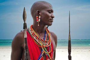 Kỳ lạ nơi ai cũng thay đổi diện mạo bằng cạo trọc đầu, kéo dài tai