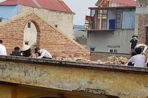 Trường phạt học sinh đẽo gạch trên mái nhà giữa trời nắng