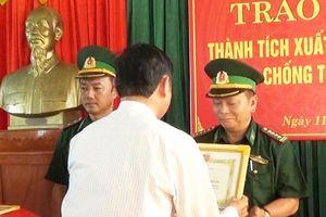 Trao thưởng thành tích phá tụ điểm ma túy tại xã Hải An