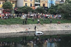 Hà Nội: Tài xế quên kéo phanh tay, ô tô 4 chỗ trôi xuống sông Tô Lịch