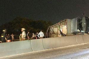 Xe tải lật ngang trên cầu Phú Mỹ, giao thông ùn tắc nhiều giờ