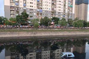 Người dân đứng kín bờ sông Tô Lịch xem vớt xế hộp