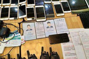 Clip: Cận cảnh tang vật băng nhóm nước ngoài lừa đảo ở Sài Gòn
