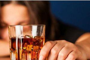 Uống rượu nhiều có thể làm ảnh hưởng nghiêm trọng tới đời sống 'chăn gối'
