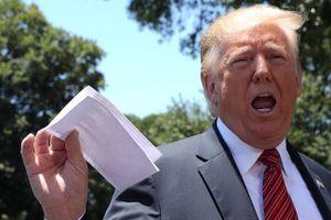 Giơ tài liệu trước ống kính phóng viên, Tổng thống Trump vô tình để lộ thỏa thuận nhập cư