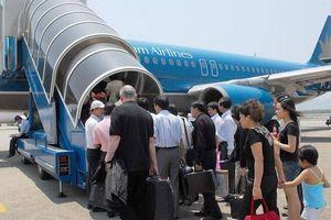 Khách ngáo đá 'lao như thiêu thân' vào khu bay Tân Sơn Nhất