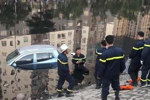 Ô tô bất ngờ lao xuống sông Tô Lịch khiến nhiều người hốt hoảng
