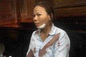 Người nhà bị hại đánh vợ bị cáo đổ máu tai tòa