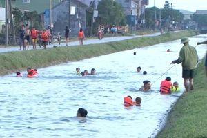Kênh thủy lợi biến thành nơi cho trẻ nông thôn học bơi