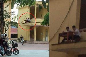 Quá nóng, 2 nam sinh mang bàn ghế ra ngoài lan can để hóng gió học bài
