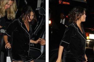 Selena Gomez để nguyên lớp phấn son, mặc đồ ngủ pijama đi dự tiệc tối