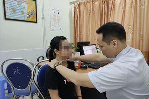 Người phụ nữ bị loét cổ, viêm nhiễm nặng do chữa bệnh bằng phương pháp 'thần bí' của thầy lang