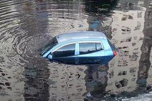 Clip: Quên kéo phanh tay, ôtô con rơi xuống sông Tô Lịch