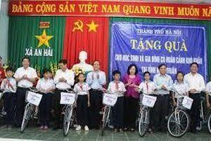 Tặng quà cho gia đình chính sách và học sinh nghèo ở Ninh Thuận