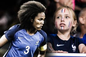 CĐV sững sờ vì bàn phản lưới của nữ tuyển thủ Pháp