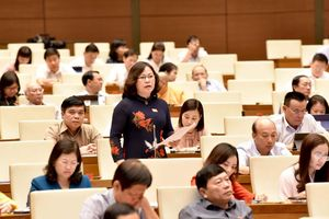 Quốc hội thảo luận về dự án Luật Xuất cảnh, nhập cảnh: Gắn chip điện tử hộ chiếu lợi hay hại?