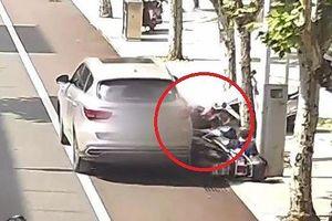 Tài xế không kéo phanh tay khiến ô tô 'trôi' tự do, cán 2 người đi xe máy