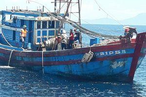 Bắt giữ 2 tàu cá của ngư dân Quảng Ngãi đánh bắt giã cào sai vùng quy định