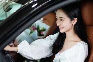 Hot girl Jun Vũ khoe tậu xe sang mừng sinh nhật tuổi 24