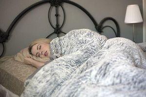 Phát phì vì ngủ cùng tivi hoặc bật đèn ngủ