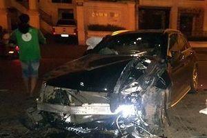 Hà Nội: Xe Mercedes lao vào chân cầu vượt Láng Hạ lúc nửa đêm
