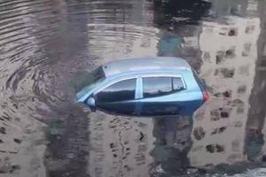 Tài xế quên kéo phanh tay, ô tô rơi xuống sông Tô Lịch