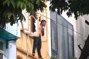 Hà Nội: Giải cứu thanh niên nghi ngáo đá cầm dao cố thủ trên tầng 3