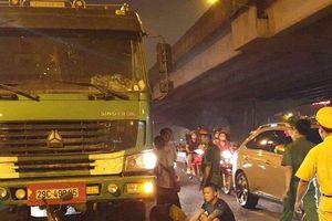 Hà Nội: Xe tải húc đuôi xe máy khiến 1 phụ nữ tử vong