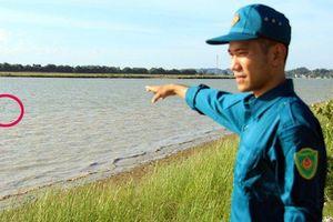 Hà Tĩnh: Phát hiện bom dưới đáy sông, quân đội cắm phao cảnh báo