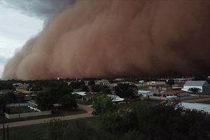 Cơn bão bụi khổng lồ bao trùm thị trấn không khác gì cảnh tận thế trong phim